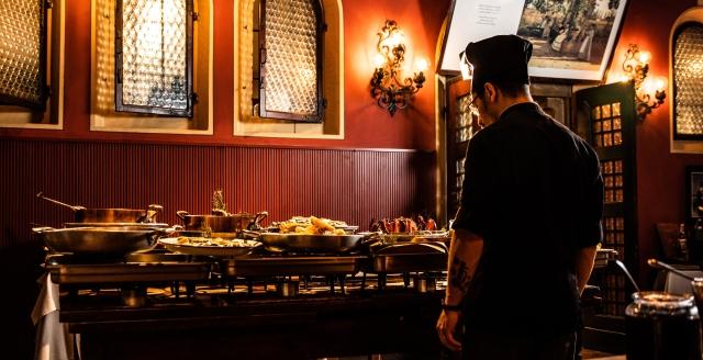 cuoco che ha allestito il buffet