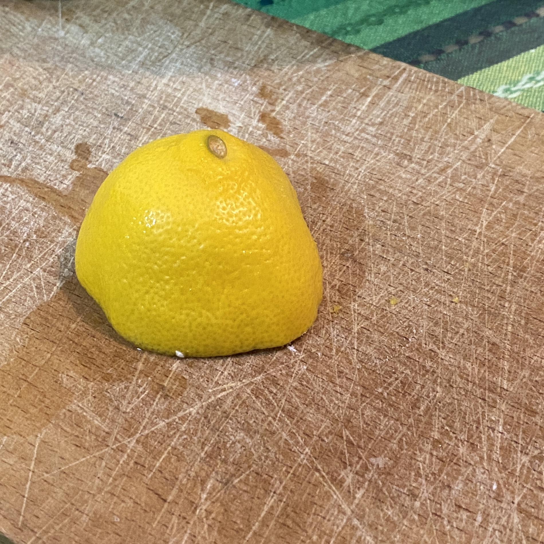 Un mezzo limone su tagliere